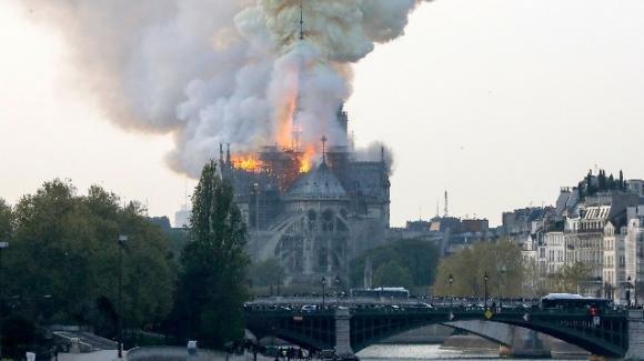 Parigi, devastante incendio nella cattedrale di Notre-Dame: la Francia colpita al cuore