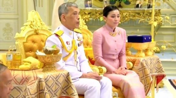 Thailandia, il re Maha Vajiralongkorn sposa la sua guardia del corpo Suthida