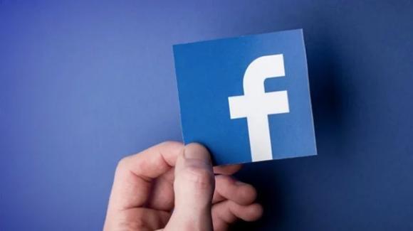 Facebook, attaccata dal suo co-fondatore, potrebbe creare un paio di occhiali smart