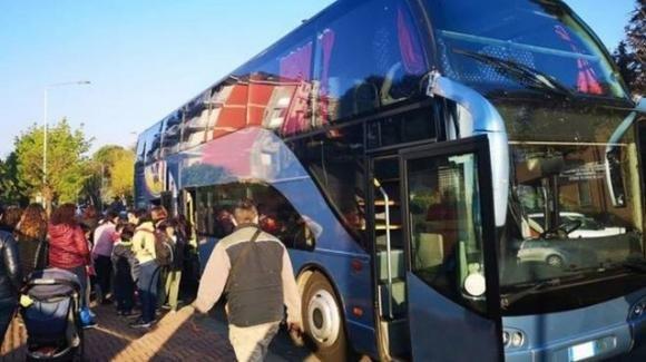 Lecce, sorpresa al ritorno della gita scolastica: trovato migrante tra le valigie nel bus