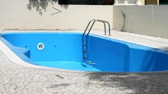 Tragedia ad Eboli: bambina di 3 anni cade in una piscina vuota, morta nell'impatto
