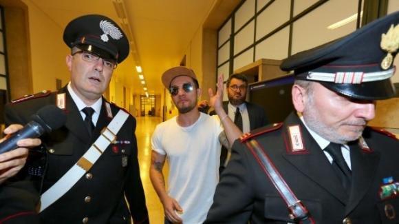 Milano, il giudice non convalida l'arresto per furto aggravato di Marco Carta