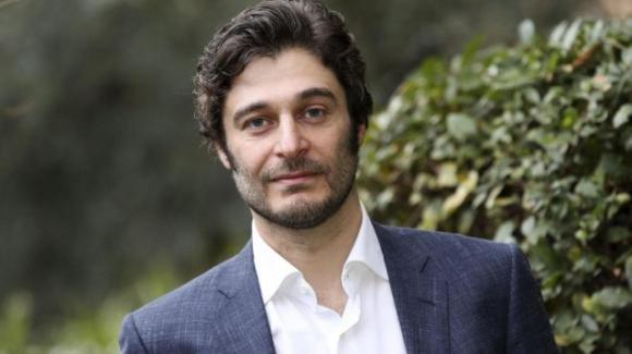 """Il commissario Ricciardi, Lino Guanciale e il suo personaggio: """"Sono mesi che ascolto musica napoletana anni 30"""""""
