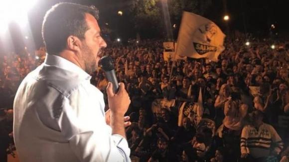 """Ragazzo picchiato dai leghisti e deriso da Matteo Salvini: """"Lasciatelo da solo poverino, un applauso al comunista"""""""
