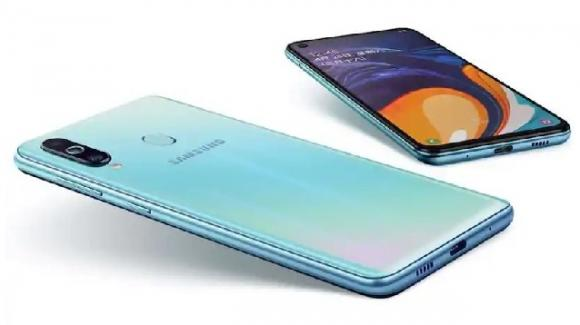 Samsung Galaxy M40, smartphone medio-gamma con display forato, Screen Sound, e triplice postcamera