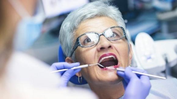 Alzheimer: lavarsi i denti può tardarne la comparsa