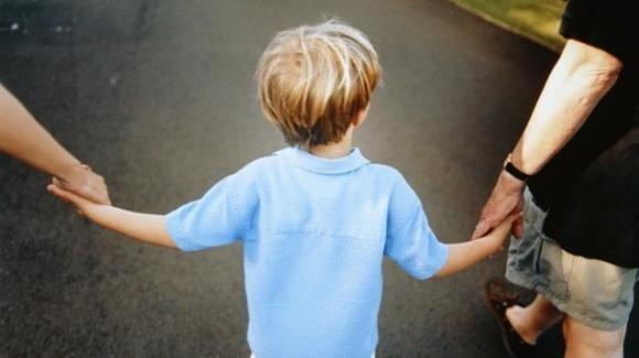 Orrore a Reggio Emilia: lavaggi del cervello e scosse ai bambini da dare in affido