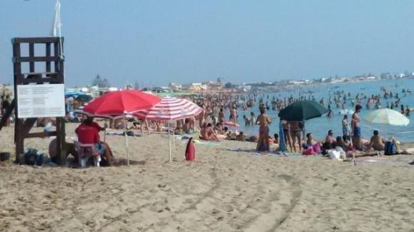 Jesolo, baby gang semina il panico in spiaggia: bagnini aggrediti e finiti in ospedale