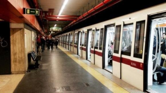 Roma, un passeggero si siede sulla panchina della metro e rimane ustionato