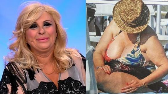 Tina Cipollari ingrassata ed irriconoscibile in costume da bagno