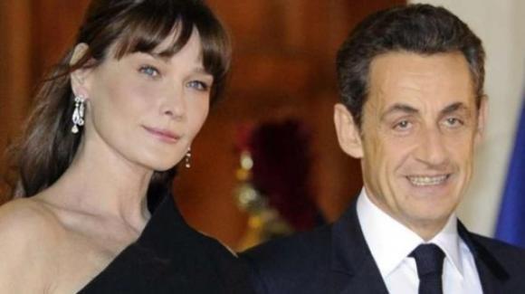 """Carla Bruni lancia un avvertimento al marito Nicolas Sarkozy: """"Gli taglio orecchie e gola"""""""