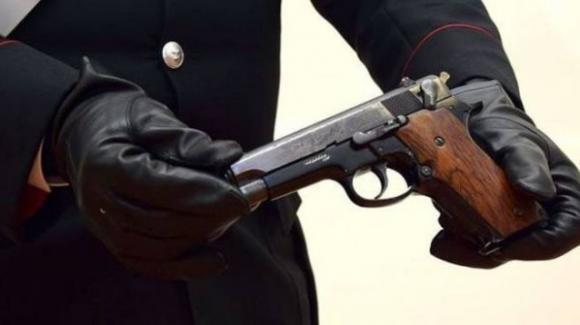 Immigrato pesta gli agenti, ruba la pistola di ordinanza e inizia a sparare. Ferito un carabiniere