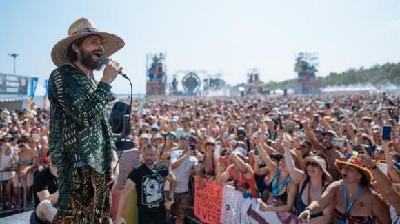 Jovanotti fa ballare la Puglia sulla spiaggia di Barletta, in 40mila al Jova Beach Party