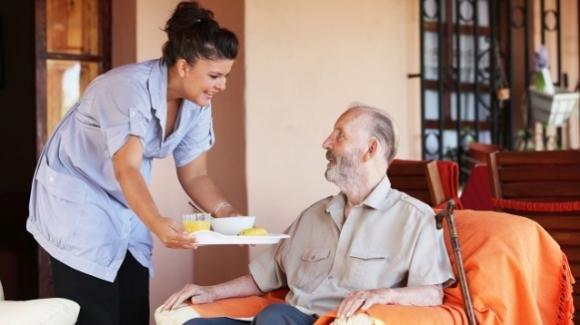 Badante convivente: quanto può fermarsi nell'abitazione in caso di decesso dell'assistito