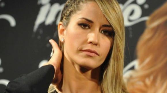 Elena Santarelli dice basta alle critiche sulla sua magrezza e svela il dolore che l'ha prosciugata