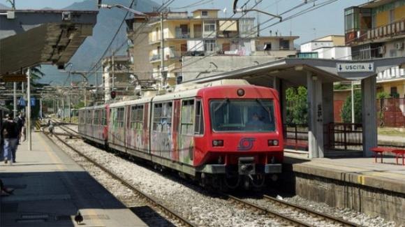 Circumvesuviana, donna tenta il suicidio ma il treno è in ritardo: si salva per miracolo