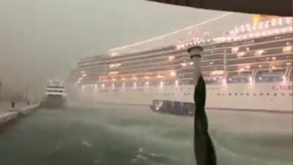 """Venezia, paura in Laguna: nave da crociera perde il controllo. Le urla: """"Siete dei delinquenti"""""""