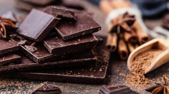 Mangiare cioccolata fondente rende le persone meno depresse