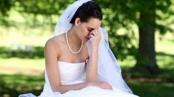 Sposa disperata: un attacco di diarrea rovina il vestito e il giorno più bello della sua vita