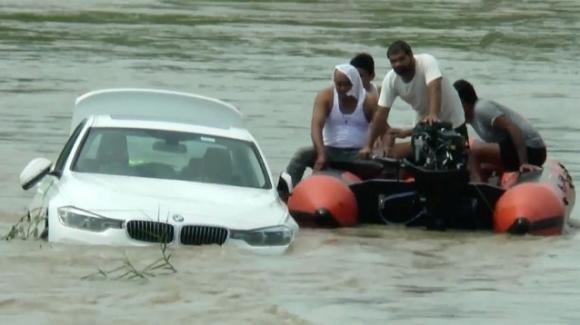22enne indiano getta nel fiume la BMW ricevuta al posto della Jaguar