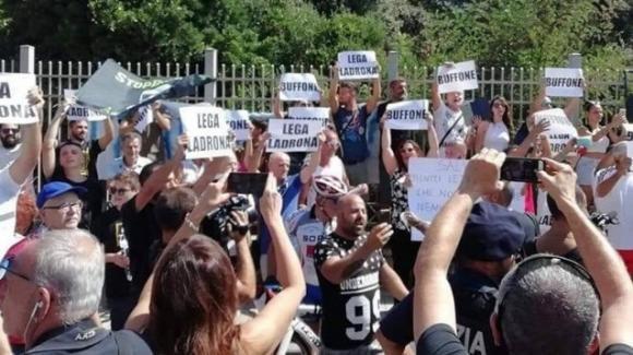 Salvini contestato a Castelvolturno (Caserta) con un lancio di gavettoni