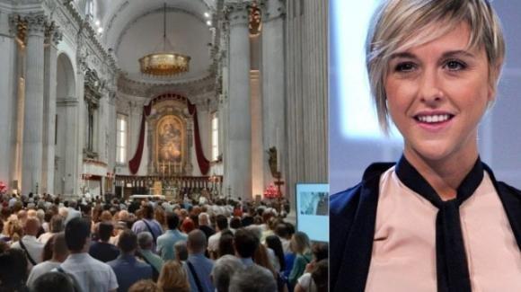 Nadia Toffa, una folla ai funerali per l'ultimo saluto: il gesto di Davide Parenti e le parole dei ragazzi dell'Ilva