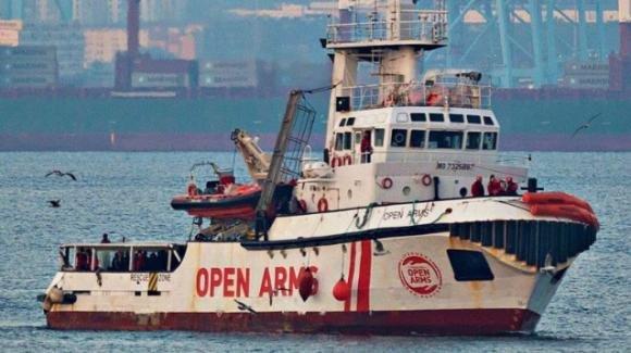 Open Arms: migranti a nuoto verso Lampedusa. Pronta in mezzo al mare una nave da 350 migranti