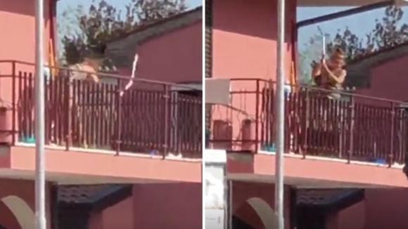 Choc a Legnago: una donna bastona il suo cane sul balcone di casa