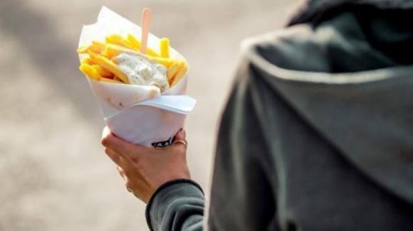Mangia solo patatine fritte per anni. Diventa cieco per una carenza di vitamina B12