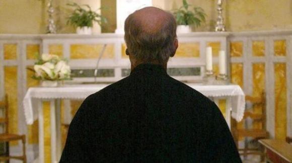 Un prete in overdose di cocaina in gita con i ragazzi a Cremona: sospeso dalla carica