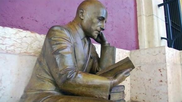 Trieste, inaugurata la statua di D'Annunzio nel centenario dell'occupazione di Fiume: la Croazia insorge