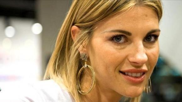 Martina Colombari in bikini a Forte dei Marmi: 44 anni e non sentirli