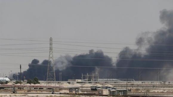 Arabia Saudita: attacco contro impianto petrolifero. Iran sotto accusa