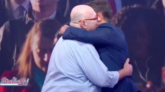 Italia Sì, il ritorno di Platinette e il commovente abbraccio con Marco Liorni