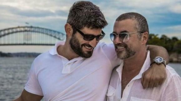 Cacciato dalla villa di George Michael, l'ex compagno del cantante vive come un senzatetto
