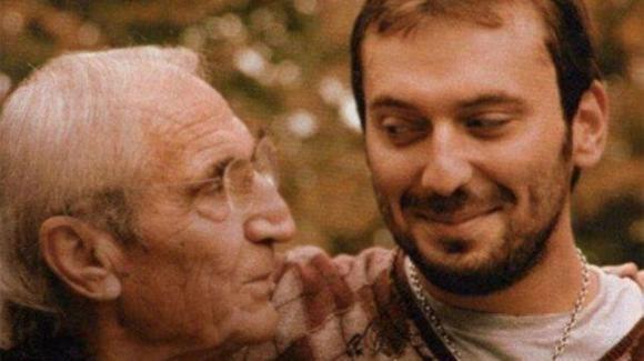 Cesare Cremonini, il video del padre che abbraccia i figli commuove il web