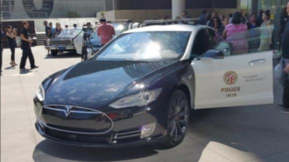 Una Tesla Model S della polizia si scarica nel mezzo di un inseguimento ad alta velocità