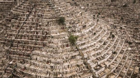 Non c'è più spazio per i cimiteri: la realtà fotografata da Finbarr Fallon