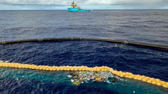 Ocean Cleanup: in funzione il dispositivo che raccoglie la plastica dagli oceani
