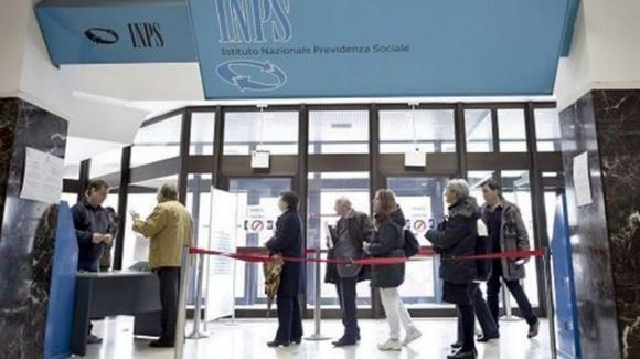 Reddito e pensioni di cittadinanza: la stretta dell'Inps ad ottobre e l'SMS inviato a oltre 500 mila famiglie
