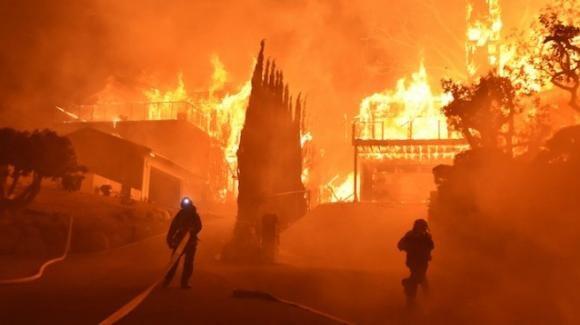 Incendi in California: il vento peggiora la situazione. In milioni le vittime di un blackout