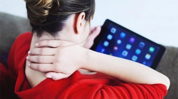Collo da tablet, la sindrome che colpisce soprattutto i giovani