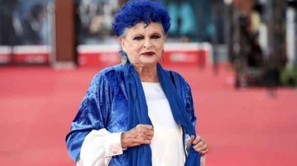 """Domenica In, Lucia Bosé si confessa: """"Ho i capelli blu perché voglio essere sempre diversa"""""""