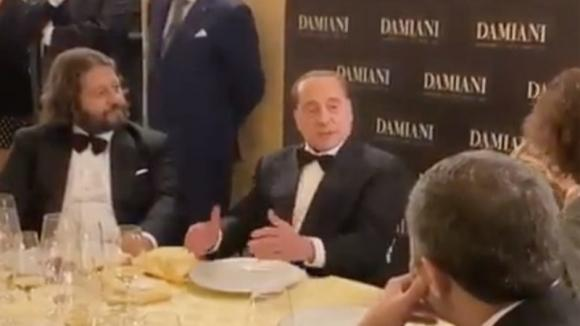 """Berlusconi festeggia il compleanno e racconta una barzelletta sul """"membro"""" dell'asino"""