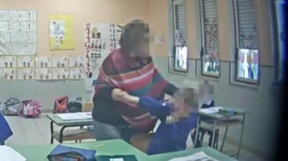 """""""Siete solo dei maiali"""": la maestra picchia e insulta gli alunni. Un video la incastra"""