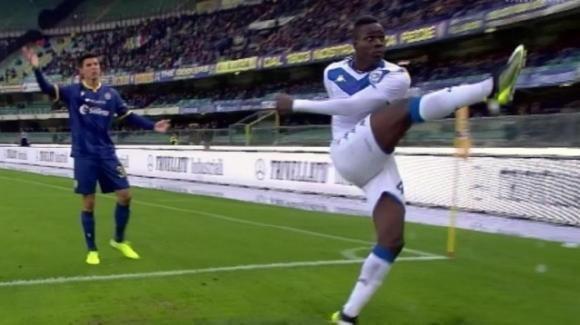 Insulti razzisti a Verona, match interrotto, Balotelli minaccia di lasciare il campo