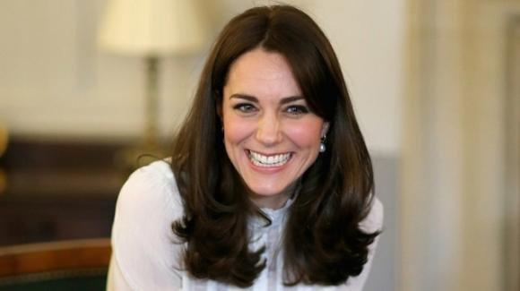 """Kate Middleton mamma """"normale"""" al pub con le amiche"""