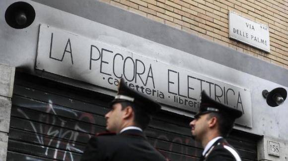Roma, libreria antifascista in fiamme: indagano le forze dell'ordine