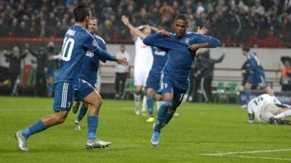 Champions League: Douglas Costa regala ai bianconeri la qualificazione agli ottavi