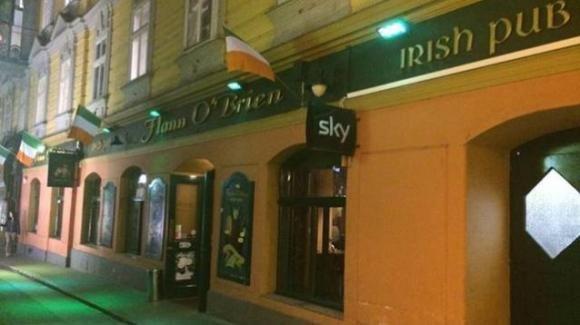 Scontri nella Capitale: ultras della Lazio mascherati accoltellano due tifosi del Celtic in un pub irlandese